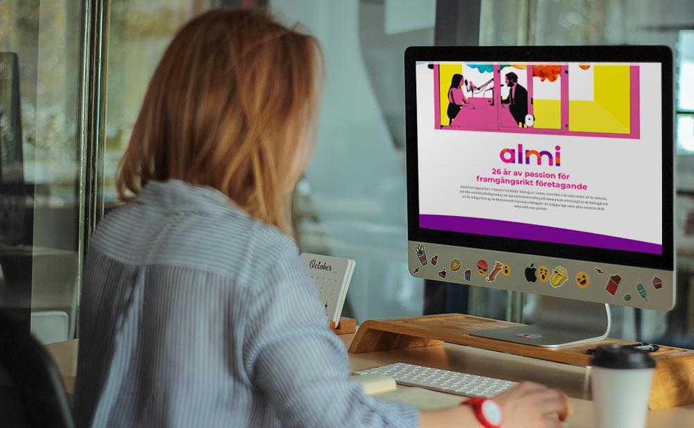 Kvinna vid Imac surfar in Almis Branded Story